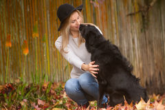 Lifestile plenerowy portret młoda piękna kobieta na naturalnym b Zdjęcia Stock
