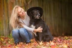 Lifestile plenerowy portret młoda piękna kobieta na naturalnym b Zdjęcie Royalty Free