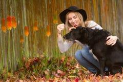Lifestile plenerowy portret młoda piękna kobieta na naturalnym b Fotografia Stock