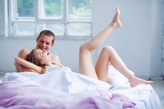 lifestyle красивейшие пары кровати стоковые изображения