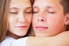 lifestyle красивейшие пары кровати стоковое изображение rf