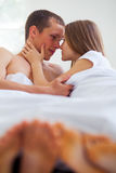 lifestyle красивейшие пары кровати стоковые фотографии rf