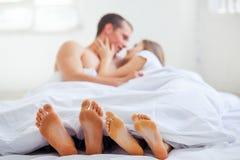 lifestyle красивейшие пары кровати стоковая фотография rf