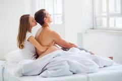 lifestyle красивейшие пары кровати стоковое фото