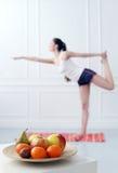 lifestyle Bella ragazza durante l'esercizio di yoga immagine stock libera da diritti