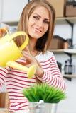lifestyle Muchacha atractiva con la hierba en pote Imagen de archivo libre de regalías