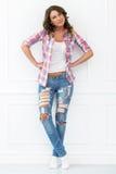 lifestyle Muchacha hermosa en pantalones vaqueros Imágenes de archivo libres de regalías