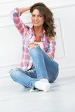 lifestyle Muchacha hermosa en pantalones vaqueros Fotos de archivo