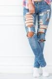 lifestyle Muchacha hermosa en pantalones vaqueros Fotografía de archivo