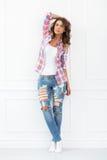 lifestyle Muchacha hermosa en pantalones vaqueros Foto de archivo libre de regalías