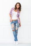 lifestyle Muchacha hermosa en pantalones vaqueros Imagenes de archivo