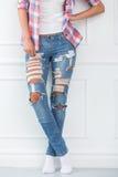 lifestyle Muchacha hermosa en pantalones vaqueros Imagen de archivo