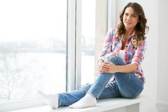 lifestyle Muchacha hermosa por la ventana imagen de archivo libre de regalías