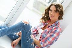lifestyle Muchacha hermosa por la ventana Foto de archivo libre de regalías