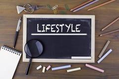 lifestyle Tekst na kredowej desce Drewniany stół z magnifyi fotografia royalty free