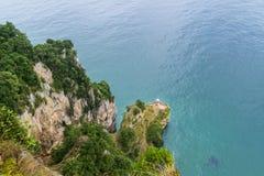 Lifhthouse στους απότομους βράχους πέρα από τον Ατλαντικό Ωκεανό στοκ εικόνα