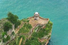Lifhthouse στους απότομους βράχους πέρα από τον Ατλαντικό Ωκεανό στοκ εικόνες