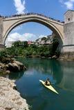 Lifiguard på fartyget och förklädena på den gamla bron i Mostar Royaltyfri Fotografi