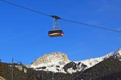 Lift met mensen over de bergen in de Alpen. Stock Foto