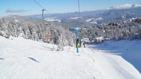 Lift op een skilift met een mening van de skitoevlucht stock videobeelden