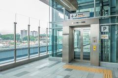 Lift voor de gehandicapten door de MRT post worden voorbereid die MRT is het recentste openbaar vervoersysteem in Klang-Vallei va Stock Fotografie