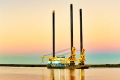 Liftboat a pouca distância do mar fotos de stock