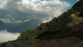 Liften in bergen in de zomer stock video