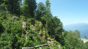 Liften in bergen in de zomer stock footage
