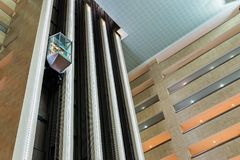 Liften in de hal van het Crowne-hotel van Pleinmoskou Wtc Stock Foto's