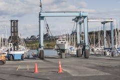 liften voor schepen op de jachthaven met een boot op één van hen Stock Afbeeldingen