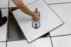 Lifter всасывания - вручите человека на платформе инструмента Стоковая Фотография RF