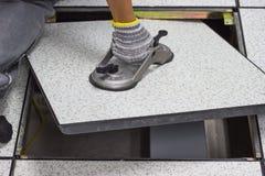 Lifter всасывания - платформа инструмента - открытый пол в комнате сервера поднял пол Стоковая Фотография RF