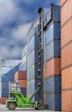 Lifter крана регулируя загрузку коробки контейнера Стоковые Фотографии RF
