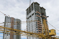 Lifting crane and building under construction Royalty Free Stock Photography