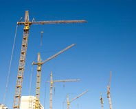 Lifting cranes on a big building Royalty Free Stock Photos
