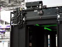 Liftinstallatie, Lifttechnicus Installing een Moderne Lift royalty-vrije stock afbeelding