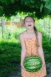 Lifts a heavy watermelon Royalty Free Stock Photos