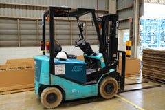 Liftvrachtwagen in fabriekspakhuis stock fotografie