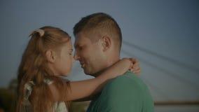 Ligação afetuosa do pai com sua filha video estoque