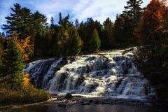 A ligação cai cachoeira no outono fotos de stock royalty free