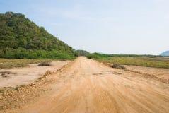 Ligação da estrada do Laterite dentro à montanha Foto de Stock