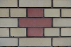 Ligação da terra comum feita de tijolos bege e vermelhos fotos de stock
