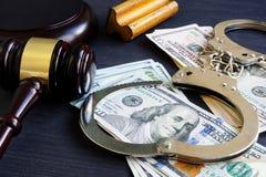 Ligação de caução corruption Gavel, algemas e dinheiro fotografia de stock royalty free