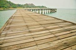 Ligação de madeira do cais no mar foto de stock