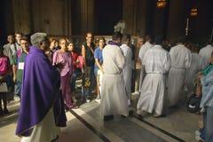 Ligação do sermão de domingo do católico por oficiais da igreja no Catedral de La Habana, Plaza del Catedral, Havana velho, Cuba Fotos de Stock