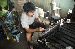 Ligação do uso dos povos tailandeses e soldadura de gás para o reparo e o radiador da solda imagens de stock royalty free