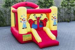 Ligação em ponte bouncy inflável com a decoração vermelha e amarela do palhaço foto de stock