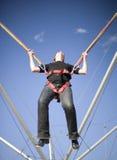 Ligação em ponte da corda que tem o divertimento Imagens de Stock