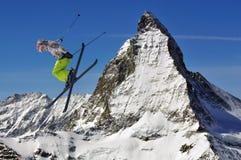 Ligação em ponte de esqui de Matterhorn e de meninas Fotos de Stock Royalty Free