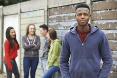 Liga av tonåringar som ut hänger i stads- miljö royaltyfria bilder